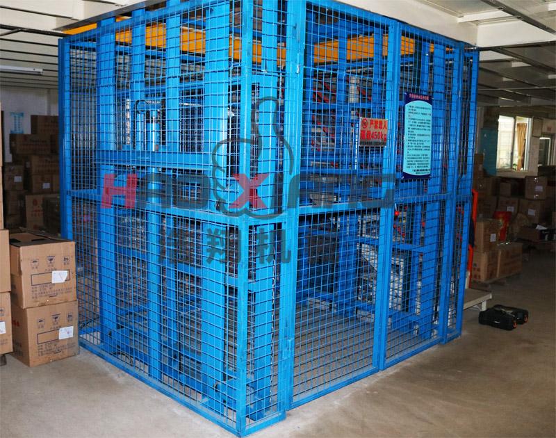 液压货梯的使用已经普及到社会生产的各个角落,生产液压货梯的厂家也如雨后春笋般出现,但是大家在制作时一定要保证液压货梯的使用安全,下面浩翔机械的工程师就给大家总结一下液压货梯有哪些安全设计要点? 1、液压货梯主要是用来载物的,因此台面在设计时要注意防滑,稳定货物;另外不能发生侧翻,否则会导致货物滑落,因此在设计时应该将上滚轮轨道做成槽形的形状,防止侧翻。 2、液压货梯在设计时要注意防止突然失控下降,建议在进油管路上串联一只防裂阀,这样当出现意外时,会自动堵塞油路,使导液压货梯停止运行,缓慢下降。 3、液压货