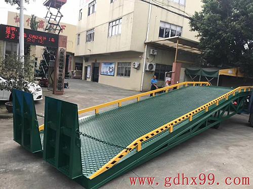 浩翔移动登车桥出货珠海药业有限公司
